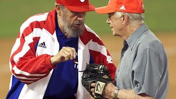 Fidel castro le enseña a Jimmy Carter cómo tiene que tirar la bola