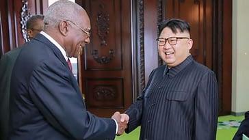 Salvador Valdés Mesa le aprieta la mano a Kim Jong Un