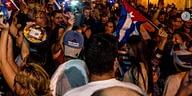 Un grupo de cubanos protesta frente a casa de Rubiera